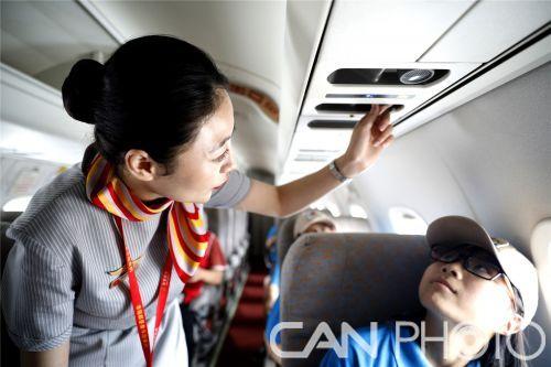 附图6:乘务员作客舱介绍